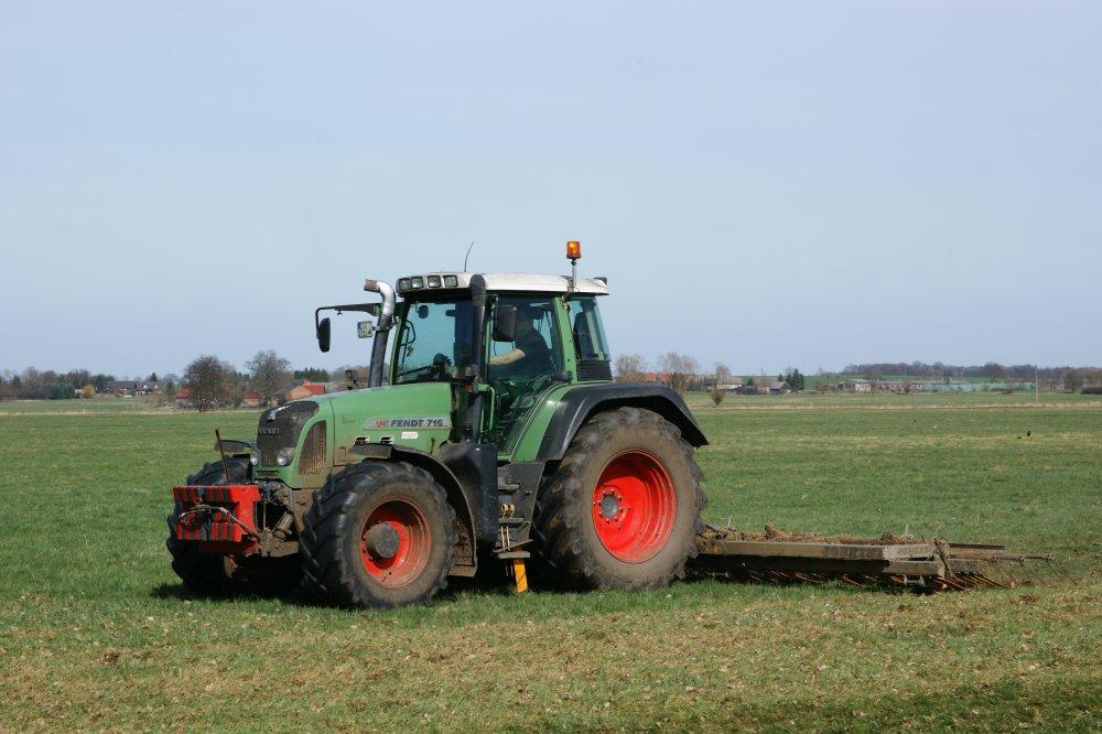 Grünlandpflege (Einebnen von Maulwurfshaufen zur Verminderung von Risiken durch Futterverschmutzung)